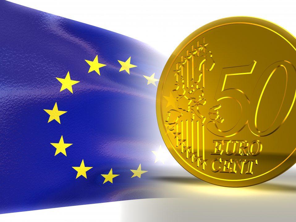 Flagge der Europäischen Union und 50-Cent-Stück