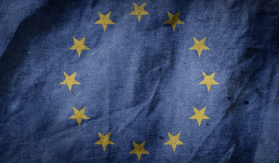 Flagge der Europäischen Union: Ein Kreis von 12 goldenen Sternen auf dunkelblauem Hintergrund.